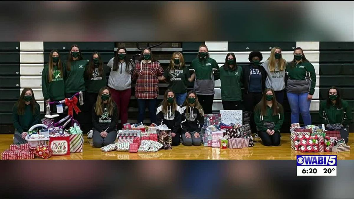 Old Town girls basketball team gathers gifts and food for families in their community